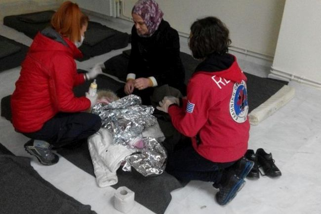 Hellenic Rescue Team of Kozani helps refugees that arrived in Lefkovrisi